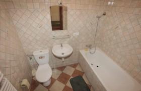 Łazienka do pokoju beżowego na parterze